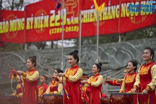 Tưng bừng cờ hoa lễ hội Gò Đống Đa mùng 5 Tết - Ảnh 4
