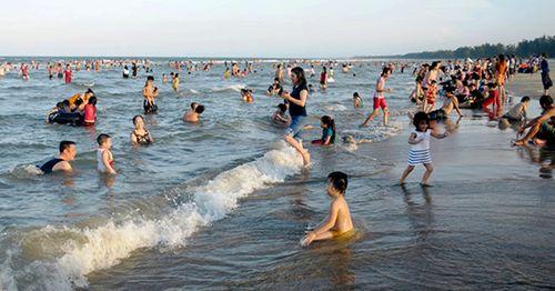 Phát hiện thi thể 2 trong 3 nạn nhân bị sóng cuốn trên biển Quảng Ngãi - Ảnh 1