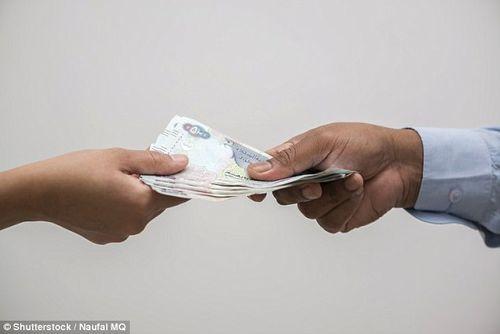 Vợ ly dị vì chồng đòi trả hơn 100 USD tiền xe mỗi lần chở vợ - Ảnh 1