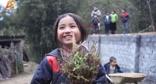 Dân mạng tan chảy trước gương mặt đẹp hút hồn của cô bé người H'Mông - Ảnh 1