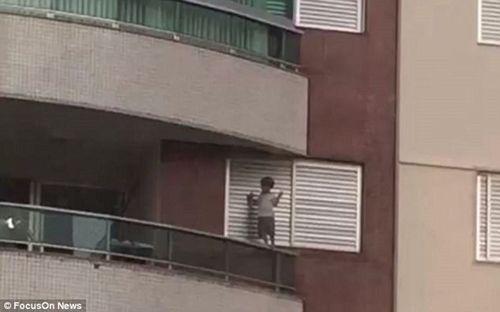 Thót tim chứng kiến con nhỏ leo bám cửa ban công tầng 9 - Ảnh 3