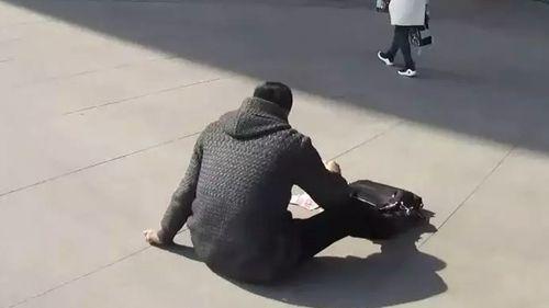 Thoát chết nhờ ném tiền ra thu hút sự chú ý của người đi đường - Ảnh 1