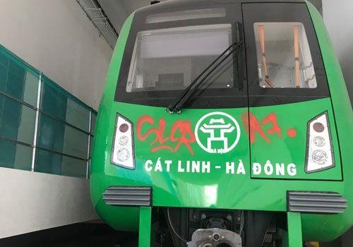 Đang sơn lại các toa tàu bị vẽ trộm ở ga Cát Linh - Hà Đông - Ảnh 4