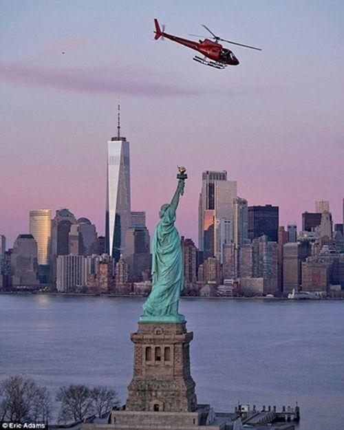 Cận cảnh hiện trường vụ trực thăng rơi ở New York - Ảnh 2
