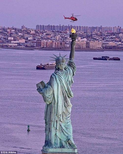 Cận cảnh hiện trường vụ trực thăng rơi ở New York - Ảnh 3