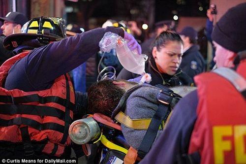 Cận cảnh hiện trường vụ trực thăng rơi ở New York - Ảnh 9