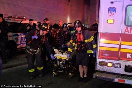 Cận cảnh hiện trường vụ trực thăng rơi ở New York - Ảnh 10