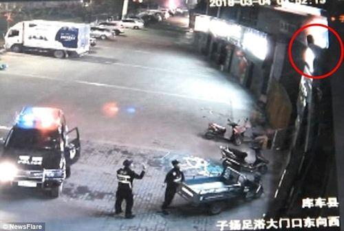 Cảnh sát bị gãy cột sống vì đỡ người nhảy lầu tự tử - Ảnh 1