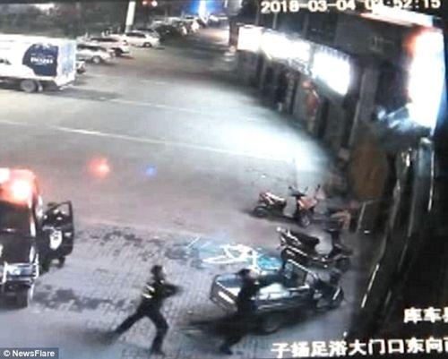 Cảnh sát bị gãy cột sống vì đỡ người nhảy lầu tự tử - Ảnh 2