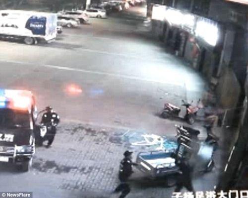 Cảnh sát bị gãy cột sống vì đỡ người nhảy lầu tự tử - Ảnh 3
