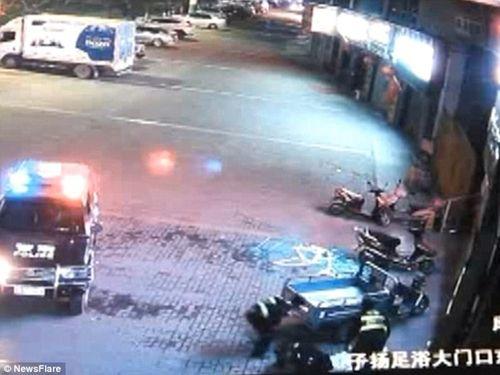 Cảnh sát bị gãy cột sống vì đỡ người nhảy lầu tự tử - Ảnh 4