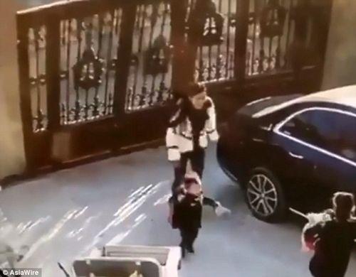 Hãi hùng cảnh thoát chết trong gang tấc của hai mẹ con khi cánh cổng sắt đột nhiên đổ sập - Ảnh 1