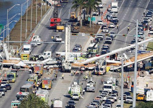 Mỹ: Cầu vượt mới xây đổ sập đè chết 4 người ở Floria - Ảnh 1