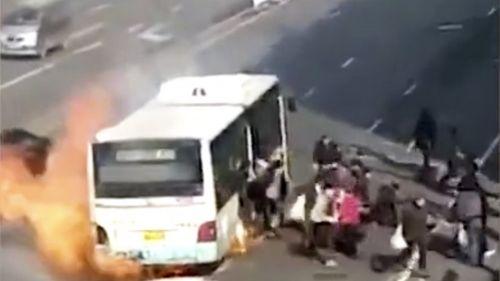 Kịch tính cảnh xe buýt nổ tung chỉ 1 phút sau khi 50 hành khách kịp thoát khỏi - Ảnh 1