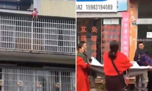 Kịch tính cảnh người đi đường dùng chăn hứng được em bé rơi từ tầng 5 xuống - Ảnh 1