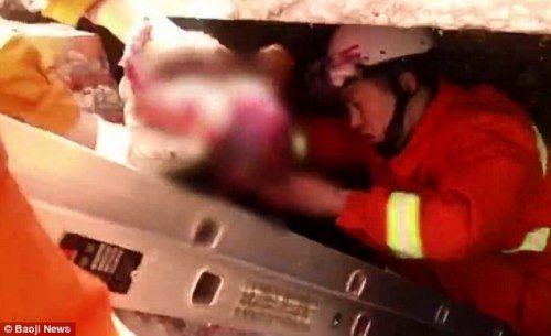 Giải cứu bé sơ sinh bị mẹ đẻ rơi trong toilet trạm xăng mà không biết - Ảnh 4