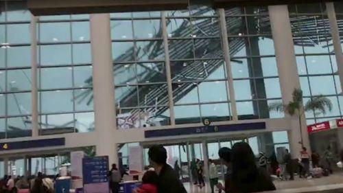 Hành khách hoảng loạn bỏ chạy vì sân bay sụp đổ do gió mạnh - Ảnh 1