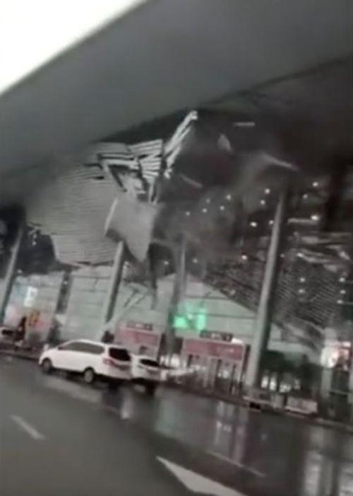 Hành khách hoảng loạn bỏ chạy vì sân bay sụp đổ do gió mạnh - Ảnh 2