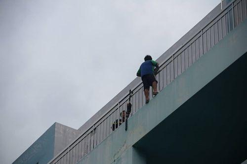 Vừa được cấp cứu vì tự tử bất thành, nam thanh niên lại đòi nhảy lầu tại bệnh viện - Ảnh 2