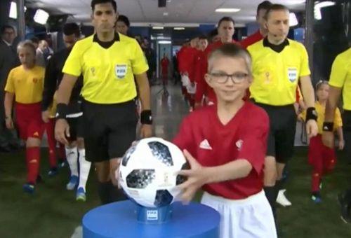 World Cup 2018: Khoảnh khắc hài hước cậu bé cướp bóng của trọng tài - Ảnh 1