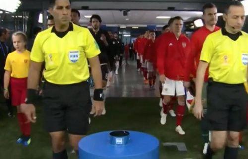 World Cup 2018: Khoảnh khắc hài hước cậu bé cướp bóng của trọng tài - Ảnh 2