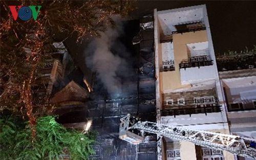 130 lính cứu hỏa dập đám cháy lớn tại khu Chợ Lớn, Sài Gòn - Ảnh 1