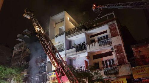 130 lính cứu hỏa dập đám cháy lớn tại khu Chợ Lớn, Sài Gòn - Ảnh 2