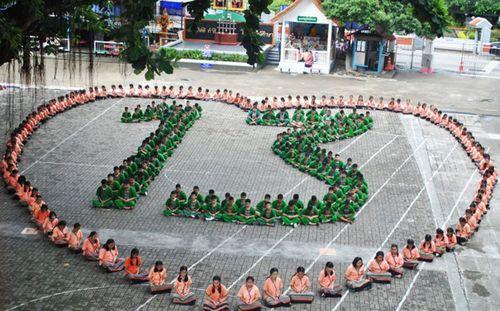 Người dân Thái Lan cầu nguyện cho đội bóng thiếu niên mắc kẹt trong hang - Ảnh 2