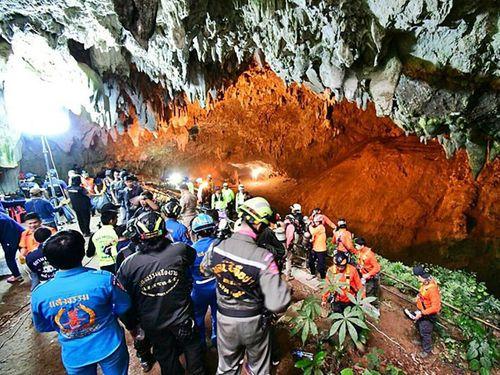 Người dân Thái Lan cầu nguyện cho đội bóng thiếu niên mắc kẹt trong hang - Ảnh 1