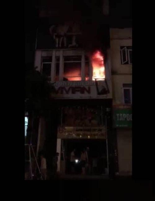 Trời mưa như trút vẫn không ngăn được 2 vụ hỏa hoạn lớn ở Hà Nội - Ảnh 1
