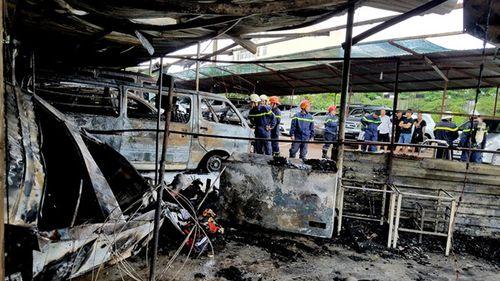 Cháy bãi đậu xe gần sân bay Tân Sơn Nhất, 3 ô tô bị thiêu rụi - Ảnh 2