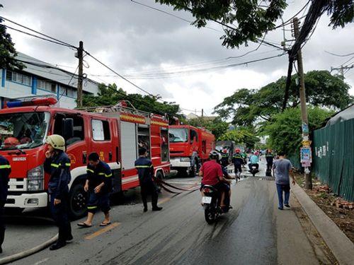 Cháy bãi đậu xe gần sân bay Tân Sơn Nhất, 3 ô tô bị thiêu rụi - Ảnh 1