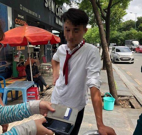 Vinasun sa thải tài xế taxi mắng chửi, ném chai nước vào nữ hành khách ở TP.HCM - Ảnh 1