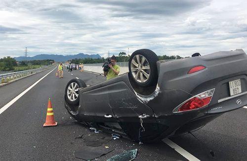 Ô tô chở bà bầu  lật ngửa trên cao tốc Đà Nẵng - Quảng Ngãi - Ảnh 1