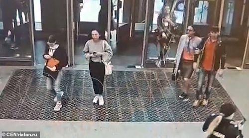 Video mải xem điện thoại di động, cô gái trẻ đâm vỡ cửa kính ga tàu điện - Ảnh 1