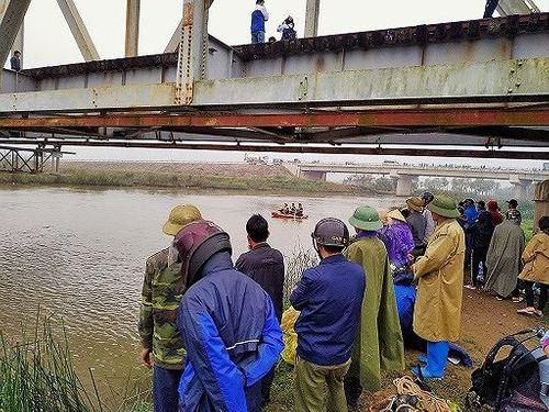 Thanh Hóa: 20 người tìm kiếm nạn nhân chết đuối trong giá rét - Ảnh 1