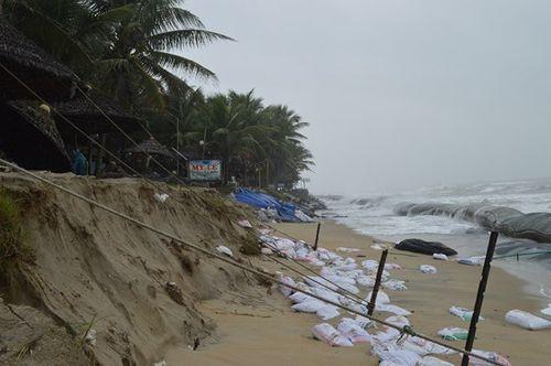 Quảng Nam, Đà Nẵng: Hàng loạt nhà hàng ven biển phải đóng cửa do sạt lở - Ảnh 1