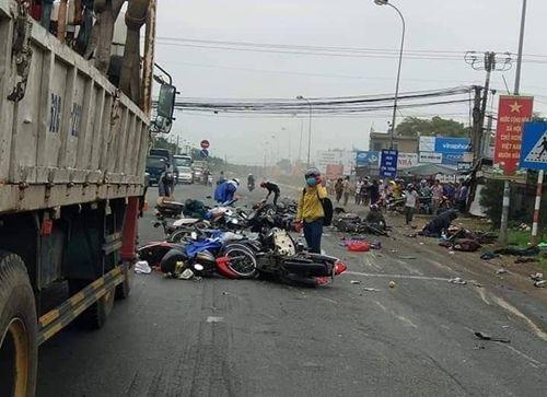 Xót xa những vụ tai nạn thảm khốc do ô tô đâm lao vào người đứng chờ đèn đỏ - Ảnh 1
