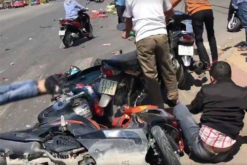 Xót xa những vụ tai nạn thảm khốc do ô tô đâm lao vào người đứng chờ đèn đỏ - Ảnh 4