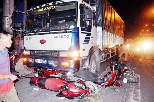 Xót xa những vụ tai nạn thảm khốc do ô tô đâm lao vào người đứng chờ đèn đỏ - Ảnh 7