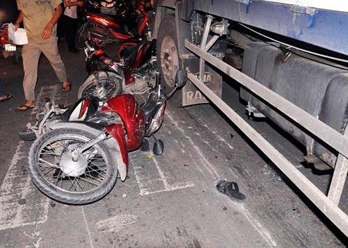Xót xa những vụ tai nạn thảm khốc do ô tô đâm lao vào người đứng chờ đèn đỏ - Ảnh 8
