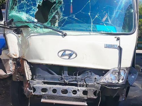 27 hành khách thoát nạn vụ xe khách mất phanh đâm Innova ở Vĩnh Long - Ảnh 1