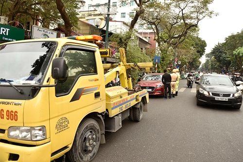CSGT Hà Nội cẩu hàng loạt ô tô dừng đỗ sai trước thềm Hội nghị Mỹ - Triều - Ảnh 2