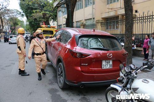 CSGT Hà Nội cẩu hàng loạt ô tô dừng đỗ sai trước thềm Hội nghị Mỹ - Triều - Ảnh 3