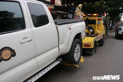 CSGT Hà Nội cẩu hàng loạt ô tô dừng đỗ sai trước thềm Hội nghị Mỹ - Triều - Ảnh 6
