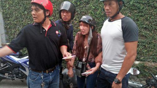 Bình Dương: Đội 'Hiệp sĩ' bắt quả tang nữ quái chuyên lừa người già bán vé số - Ảnh 2