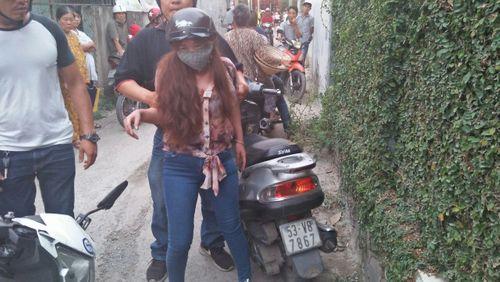 Bình Dương: Đội 'Hiệp sĩ' bắt quả tang nữ quái chuyên lừa người già bán vé số - Ảnh 1