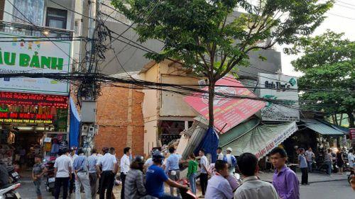 Sập nhà giữa thành phố Đà Nẵng, người dân hoảng loạn tháo chạy - Ảnh 1