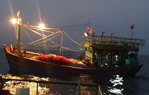 Nghệ An: Đưa tàu cá cùng 16 thuyền viên trôi dạt trên biển vào bờ an toàn - Ảnh 1