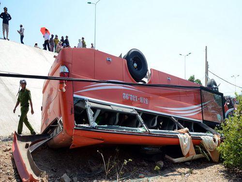 Xe ô tô chở du khách nước ngoài gặp nạn, nhiều người nhập viện cấp cứu - Ảnh 1